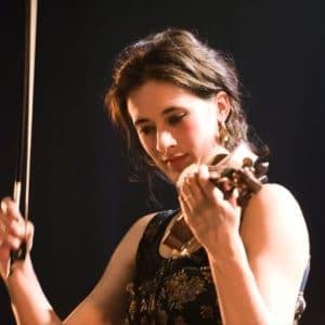 Aline haelberg est violoniste dans la compagnie equinote sur le spectacle avec des chevaux : des chevaux dans la soupe.