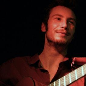 Fabien bucher est un guitariste du spectacle equestre les chevaux sur la soupe de la compagnie de cirque equestre equinote.
